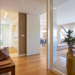 Hall de entrada: Corredores, halls e escadas modernos por Traço Magenta - Design de Interiores