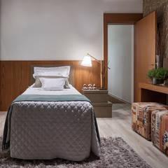 Residência AM: Quartos translation missing: br.style.quartos.moderno por Isabela Canaan Arquitetos e Associados