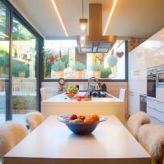 Vivienda Palafrugell: Cocinas de estilo mediterráneo de Brick construcció i disseny