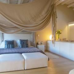 Vivienda Palafrugell: Dormitorios de estilo mediterráneo de Brick construcció i disseny