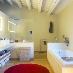 Vivienda Palafrugell: Baños de estilo mediterráneo de Brick construcció i disseny