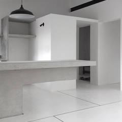 Apartamento Blanco y Negro: Comedores de estilo minimalista por CENTRAL ARQUITECTURA