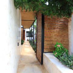 Pasillos, hall y escaleras de estilo translation missing: cl.style.pasillos-hall-y-escaleras.tropical por FGO Arquitectura