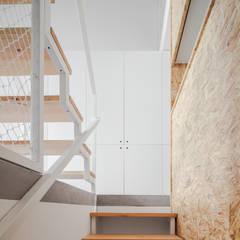 Casa DL: Corredores, halls e escadas minimalistas por URBAstudios