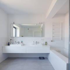 CUBE-2-BOX HOUSE: styl translation missing: pl.style.Łazienka.minimalistyczny, w kategorii Łazienka zaprojektowany przez Zalewski Architecture Group