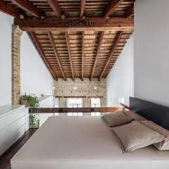 REHABILITACIÓN DE LOFT EN EL CABAÑAL: Dormitorios de estilo moderno de ambau taller d´arquitectes