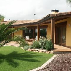 Porche: Casas de estilo mediterráneo de RIBA MASSANELL S.L.