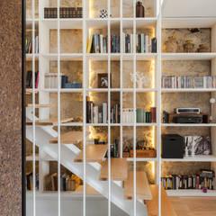 Casa Cedofeita: Corredores, halls e escadas modernos por Floret Arquitectura