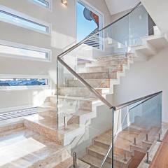 Escada Iluminada : Corredores, halls e escadas modernos por Patrícia Azoni Arquitetura + Arte