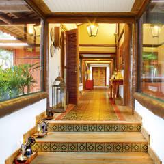 Residencia Enseada Azul: Corredores, halls e escadas tropicais por FERNANDO ROMA . estudioROMA