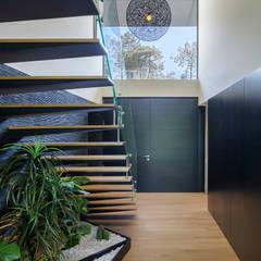 AM 2014 - Fão: Corredores, halls e escadas modernos por INAIN® interiordesign