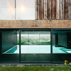 Casa Varatojo : Piscinas modernas por Atelier Data Lda
