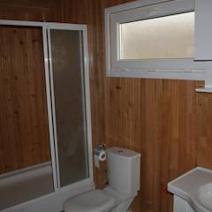 Kuloğlu Orman Ürünleri - Şömineli Ahşap Ev: kırsal tarz tarz Banyo