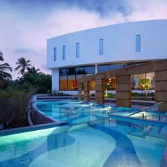 Hotels & Resorts: modern Pool by Prabu Shankar Photography