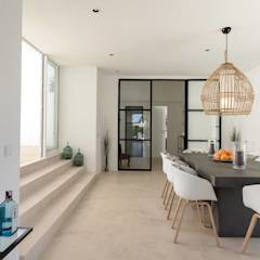 Sala de Jantar: Salas de jantar mediterrânicas por Studioarte