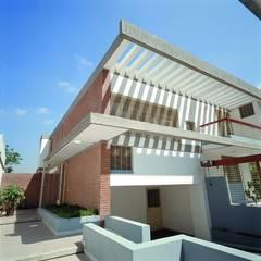 Casa Laura Siena: Casas de estilo translation missing: ve.style.casas.tropical por PA - Puchetti Arquitectos