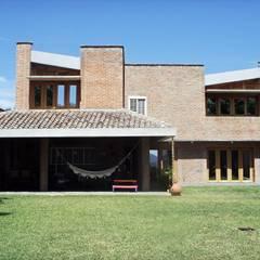 Fachada Nor-Este ya remodelada: Casas de estilo translation missing: ve.style.casas.eclectico por Odart Graterol Arquitecto