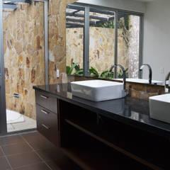 CASA DEL BOSQUE: Baños de estilo minimalista por santiago dussan architecture & Interior design