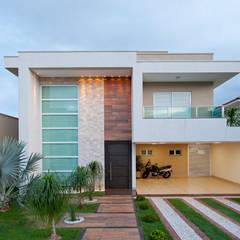 Fachada: Casas minimalistas por Livia Martins Arquitetura e Interiores