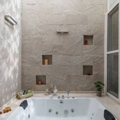 Light filtering into the Master Bathroom: modern Bathroom by studio XS