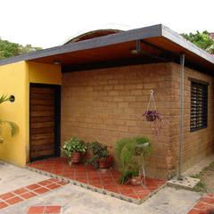 Fachada Principal: Casas de estilo translation missing: ve.style.casas.clasico por YUSO