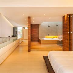 Casa Palmeral: Baños de estilo moderno por FR ARQUITECTURA S.A.S.