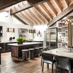 Truckee Residence: Salas de jantar ecléticas por Antonio Martins Interior Design Inc