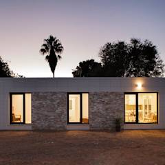 Fachada con iluminación nocturna modelo Chipiona Casas inHaus: Casas de estilo moderno de Casas inHAUS