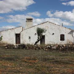 Pensão Agricola: Habitações translation missing: pt.style.habitações.mediterranico por atelier Rua - Arquitectos