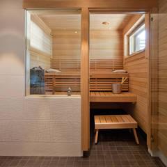Spa de estilo escandinavo por Woody-Holzhaus - Kontio