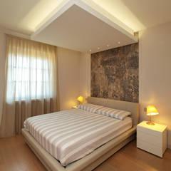 VILLA A GUARENE: Camera da letto in stile in stile Moderno di ...