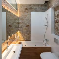 Cases Singulars de l'Empordà - Tras Samària 14, Pals: Baños de estilo rústico de TONO BAGNO | Pasión por tu baño