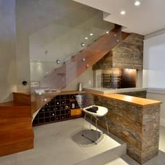 decoração despojada, acolhedora de linhas retas: Corredores, halls e escadas modernos por karen feldman arquitetos associados