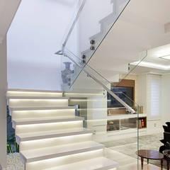 Casa B+E: Corredores, halls e escadas ecléticos por ANDRÉ PACHECO ARQUITETURA