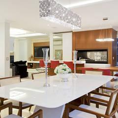Casa B+E: Salas de jantar ecléticas por ANDRÉ PACHECO ARQUITETURA