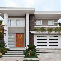 Casa B+E: Casas ecléticas por ANDRÉ PACHECO ARQUITETURA