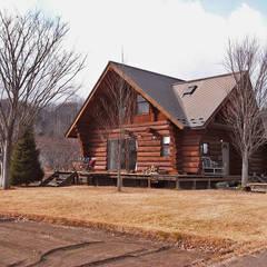 東側からの丸太小屋: Cottage Style (コテージスタイル)が手掛けたtranslation missing: jp.style.家.country家です。