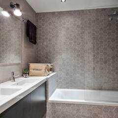 Hogar familiar en Badalona: Baños de estilo minimalista de Dröm Living