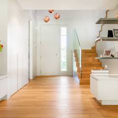 CHALET VALDEMARIN: Ingresso, Corridoio & Scale in stile in stile Moderno di Tarimas de Autor