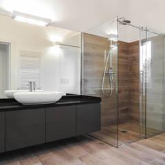 Loft interior in rural complex: Bagno in stile in stile Minimalista di Edoardo Pennazio