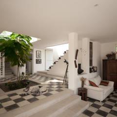 Pisicina y Fachada Posterior.: Jardines de estilo moderno por SDHR Arquitectura