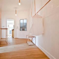 TÜ90: moderne Ankleidezimmer von Studio DLF