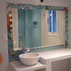 Marco de espejo: Baños de estilo moderno por Mosa Y Quito
