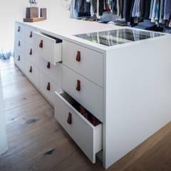 Villa S: moderne Ankleidezimmer von BESPOKE Interior Design