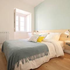 Apartamento da Glória: Quartos escandinavos por Homestories