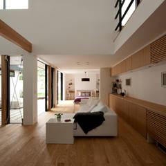 House with the bath of bird: Sakurayama-Architect-Designが手掛けたtranslation missing: jp.style.リビング.modernリビングです。
