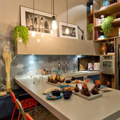 Ateliê do Mestre Cervejeiro: Salas de jantar modernas por Sarau Arquitetura