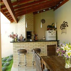 Terrazas  de estilo translation missing: cl.style.terrazas-.tropical por Thais Costa Arquitetura & Design