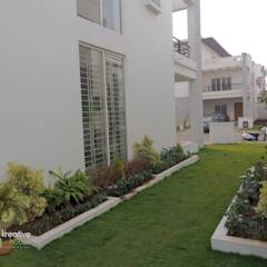 NORTH SIDE BUILDING VIEW: eclectic Garden by KREATIVE HOUSE
