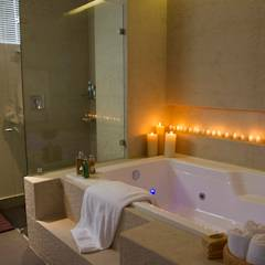 Casa Restrepo: Baños de estilo moderno por Maria Mentira Studio